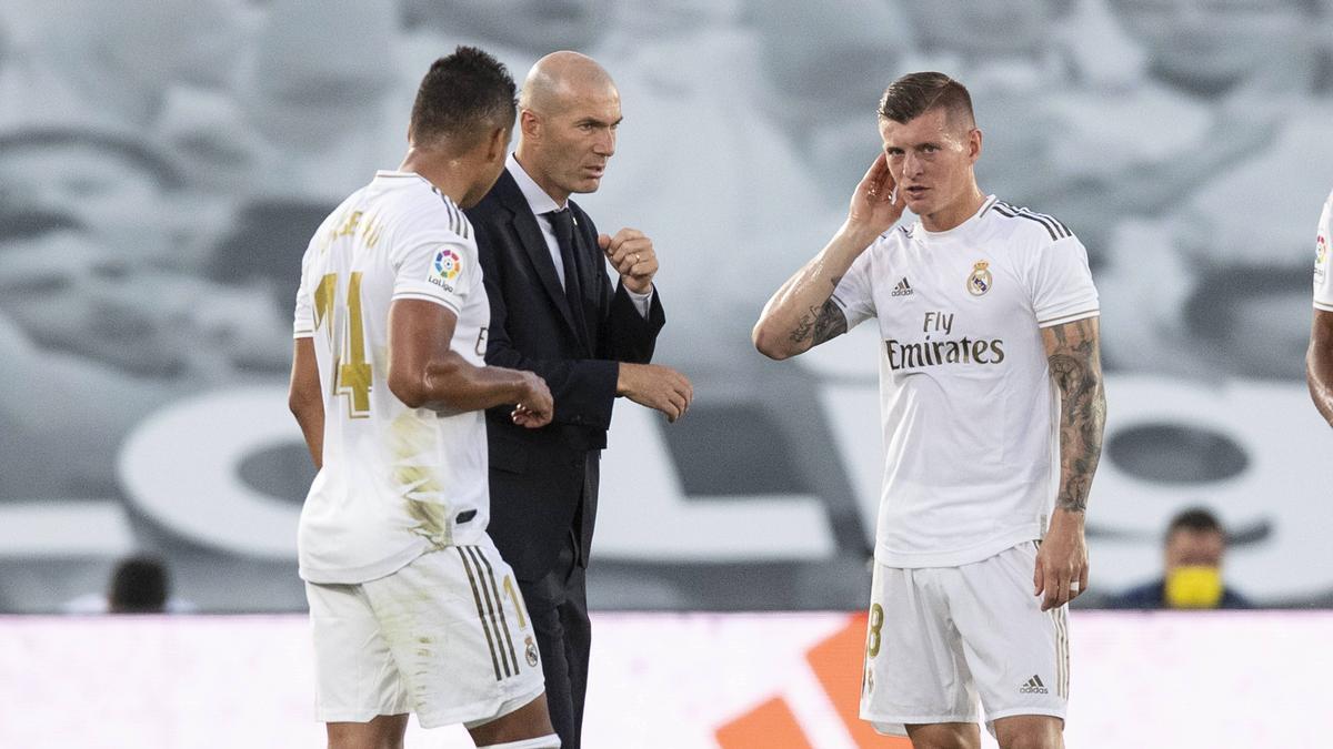Zinédine Zidane (Mitte), Trainer von Real Madrid, braucht einen Sieg