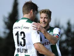 Spitsen Alexander Sørloth (l.) en Michael de Leeuw vieren de openingstreffer in de oefenwedstrijd tegen KV Oostende. (08-01-2016)