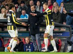 Thomas Oude Kotte (r.) komt in het veld voor Kosuke Ota en maakt zijn debuut voor Vitesse tijdens de uitwedstrijd tegen PSV. (19-04-2016)