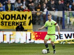 Joël Veltman heeft balbezit tijdens het competitieduel Vitesse - Ajax. (25-10-2015)