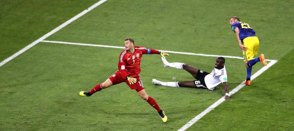 Ola Toivonen (r.) überwindet Manuel Neuer