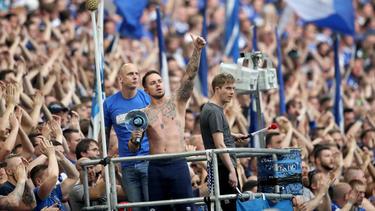 Rund 100 größtenteils zur Schalker Ultraszene gehörende Personen haben in Dortmund randaliert