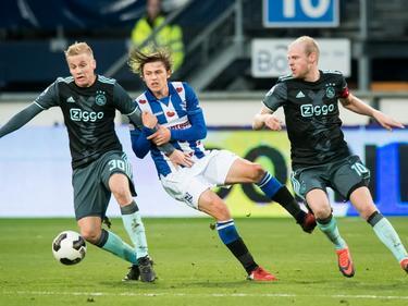 Simon Thern (m.) moet zien op te boksen tegen twee blonde Ajax-middenvelders, Donny van de Beek (l.) en Davy Klaassen (r.). Thern lijkt het af te moeten leggen. (27-11-2016)