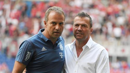 Hansi Flick (l.) hat beim FC Bayern noch Vertrag bis 2023