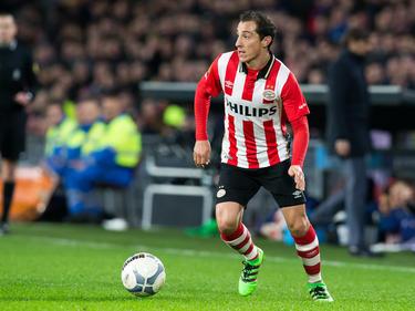 Andrés Guardado heeft balbezit tijdens het competitieduel PSV - De Graafschap. (30-01-2016)