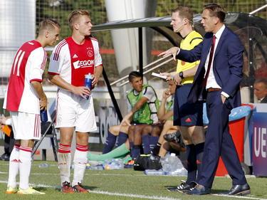 Vaclav Černý (l.) en Damon Mirani (m.) krijgen instructies van trainer Frank Peereboom tijdens Ajax - Paris Saint-Germain in de Youth League. (18-09-2014)