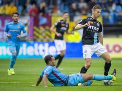 Lewis Baker (l.) legt een sliding op de bal en voorkomt daarmee dat Alexander Bannink kan uitbreken tijdens Vitesse - De Graafschap. (20-09-2015)