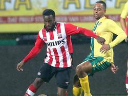 Na negen maanden van revalideren is Florian Jozefzoon (l.) hersteld van een knieblessure. Tidens Fortuna Sittard - Jong PSV maakt de aanvaller zijn rentree. Hier speelt hij Raymond Fafiani uit. (16-10-2015)