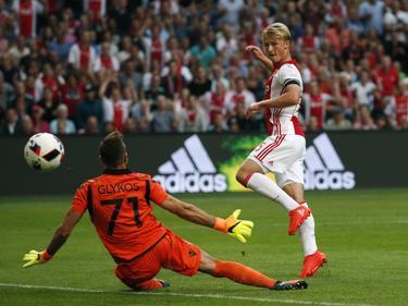 Kasper Dolberg (r.) verschalkt PAOK-doelman Panagiotis Glykos (l.), maar de Deense spits van Ajax staat buitenspel. (26-07-2016)