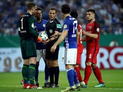 Ralf Fährmann (l.) zeigte Unverständnis über die Entscheidung von Schiedsrichter Hartmann