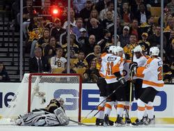 Die Philadelphia Flyers feiern einen Treffer von Claude Giroux