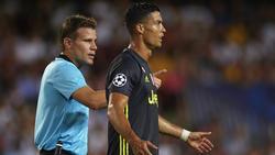 El colegiado indica a Ronaldo que abandone el terreno de juego. (Foto: Getty)