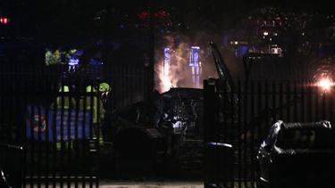 Bilder zeigen Feuer und Rauch an der Absturzstelle