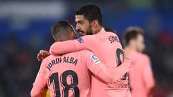 Jordi Alba y Suárez se abrazan en un duelo ante el Getafe. (Foto: Getty)