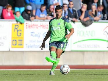 Mohamed el Makrini probeert een medespeler te bereiken tijdens het oefenduel 1. FC Magdeburg - Odense BK (06-07-2016).