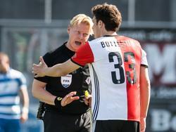 Kevin Blom (l.) is niet gediend van het commentaar van Eric Botteghin (r.) tijdens PEC Zwolle - Feyenoord. (09-04-2017)