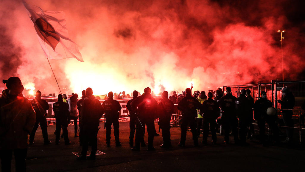 Die St. Pauli-Fans fackelten vor dem Spiel rund ums Stadion Pyrotechnik ab
