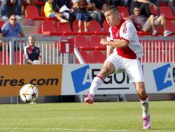 Adham El Idrissi haalt uit in het Youth Leagueduel Ajax - Paris Saint-Germain. (18-09-2014)