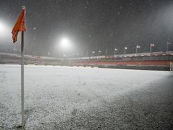 Het KRAS Stadion van FC Volendam ligt er witjes bij. Het sneeuwt, maar FC Volendam - Sparta gaat wel gewoon door. (30-01-2015)