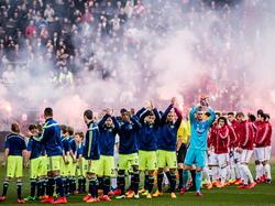 Vuurwerk tijdens de aftrap van FC Utrecht - Ajax in de Eredivisie. (05-4-2015)