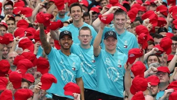 Die Weltmeister von Mercedes ziehen ihre roten Kappen vor Niki Lauda