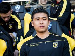 Yuning Zhang start op de bank tijdens het competitieduel Vitesse - sc Heerenveen (08-04-2017).
