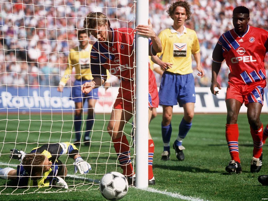 Thomas Helmer erzielt das Phantomtor im Spiel der Bayern gegen den 1. FC Nürnberg