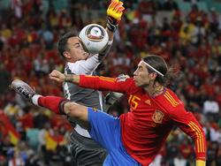 Sergio Ramos y Diego Benaglio en el España - Suiza.