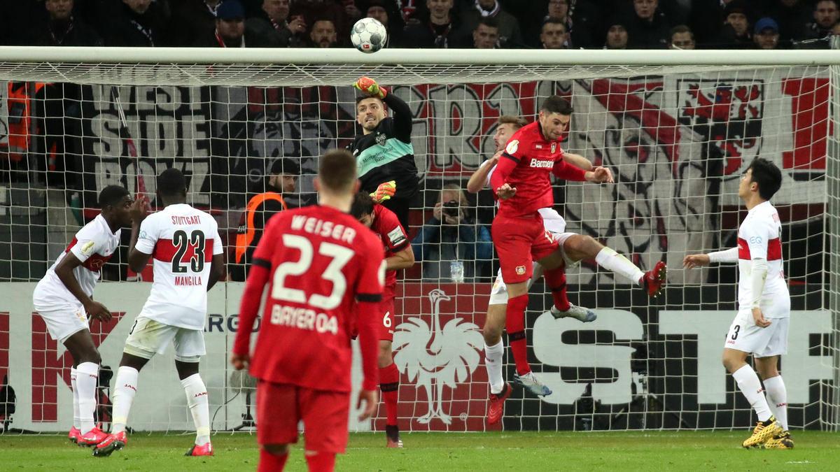 Die Szene zum 1:0 für Bayer: VfB-Keeper Bredlow trifft ins eigene Tor