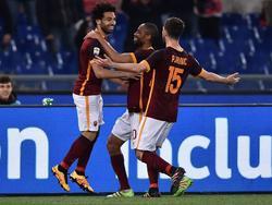 Salah, a la izquierda, es felicitado por uno de sus goles. (Foto: Getty)