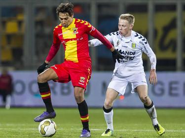 Adam Sarota (l.) moet zien af te rekenen met Philippe van Arnhem (r.) tijdens het competitieduel Go Ahead Eagles - RKC Waalwijk (19-02-2016).