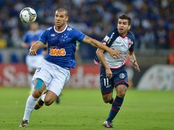 Nilton (l.) houdt Ángel Correa van de bal tijdens het duel tussen Cruzeiro en San Lorenzo in de kwartfinale van de Copa Libertadores. (15-05-2014)