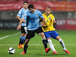 Gáston Pereiro (l.) vecht tijdens het WK u20 namens Uruguay een duel uit met Braziliaan Marcos Guilherme. (11-06-2015)