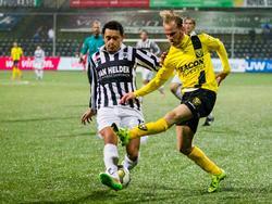 Levi Raja Boean (l.) probeert een voorzet van Jason Bourdouxhe (r.) te blokken tijdens het competitieduel VVV-Venlo - Achilles'29 (11-12-2015).