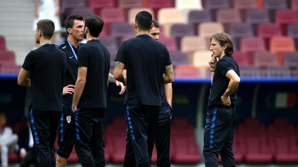 Das kroatische Team rund um Mandzukic und Modric (re.) inspiziert das Finalstadion