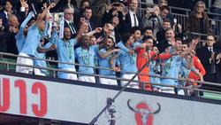 Los jugadores del City reciben el trofeo en el palco de Wembley. (Foto: Getty)