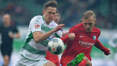Fürths Paul Jaeckel (l.) kämpft gegen Saulo Decarli vom VfL Bochum um den Ball
