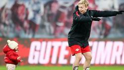 Emil Forsberg unterhält Tochter Florence auf dem Spielfeld