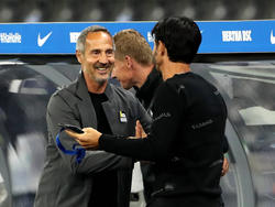Ein sichtlich zufriedener Adi Hütter im Gespräch mit Eintracht-Sportdirektor Bruno Hübner