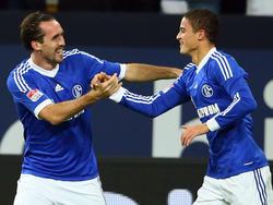 Christian Fuchs (l.) en Ibrahim Afellay (r.) vieren doelpunt tijdens Schalke 04 - VfL Wolfsburg.