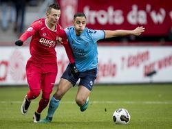 Bersant Celina (l.) is eerder bij de bal dan Sofyan Amrabat (r.) tijdens de wedstrijd FC Twente - FC Utrecht. (20-11-2016)