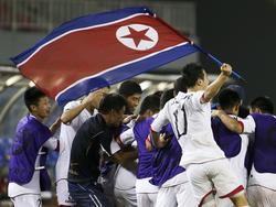Jugadores de Corea del Norte con la bandera del país. (Foto: Getty)