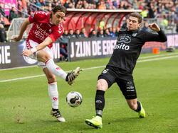 Robin Gosens (r.) voorkomt dat Giovanni Troupée (l.) de bal voor het doel brengt tijdens FC Utrecht - Heracles Almelo. (11-12-2016)