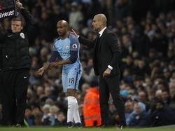 Fabian Delph (l.) krijgt speeltijd van Manchester City-trainer Pep Guardiola (r.) tijdens het competitieduel Manchester City - Tottenham Hotspur (21-01-2017).