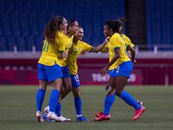 Andressa Alves celebra su gol de falta con sus compañeras.