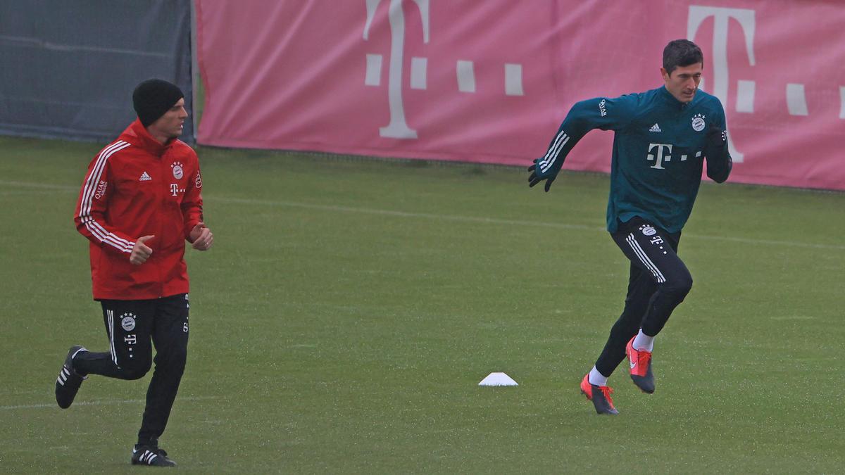 Robert Lewandowski (r.) arbeitet beim FC Bayern an seiner Rückkehr