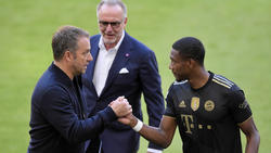 Bayern-Trainer Hansi Flick (r) bedankt sich bei David Alaba