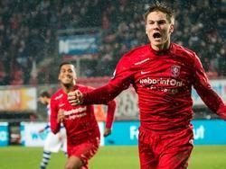 Joachim Andersen viert de 1-1 tijdens het competitieduel FC Twente - De Graafschap. (12-12-2015)