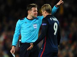 Felix Brych (l.) schickt Fernando Torres zum Duschen