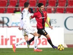 Bigas (d.) saca un centro con la zurda en un duelo ante el Albacete esta pasada campaña. (Foto: Imago)